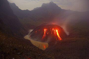 Kelud Vulkan Nov. 2007: Lavadom (2) (Photo: Tom Pfeiffer)
