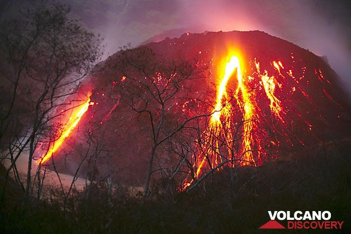 Kelut volcano's active lava dome in 2007 (Photo: Tom Pfeiffer)