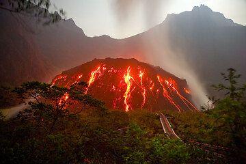 Kelut's active lava dome in Nov 2007. (Photo: Tom Pfeiffer)
