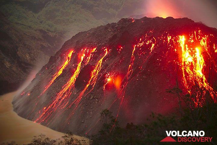 Kelut volcano's growing lava dome (Nov 2007), East Java, Indonesia (Photo: Tom Pfeiffer)