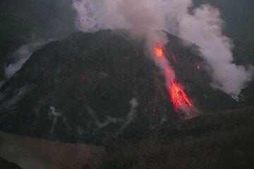 Glowing rockfall at Kelut volcano, East Java (Photo: Tom Pfeiffer)