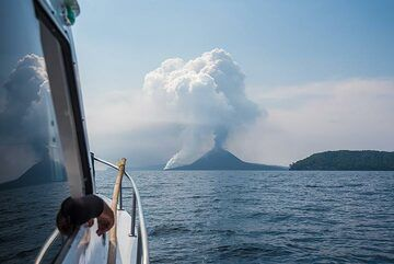 We approach the island group around 13:00 on 19 Nov - to our joy, the lava sea entry from yesterday and today's lava flow is still active. (Photo: Tom Pfeiffer)