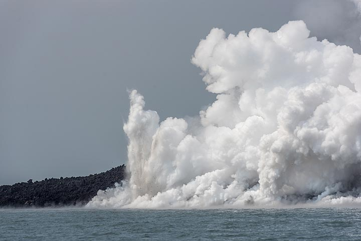 A closer look at the sea entry shows some vertical jetting steam explosions (so-called littoral eruptions). (Photo: Tom Pfeiffer)