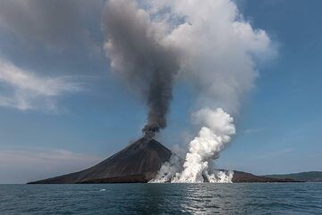 We managed to arrive at Krakatau at the end of a very intense phase of activity between 17-19 Nov, which produced a new lava flow that reached the sea along a 150 m wide stretch on the southern shore of Anak Krakatau. At the time of our arrival, the effusion rate must have stopped just hours before at most, but the flow front was still active: (Photo: Tom Pfeiffer)