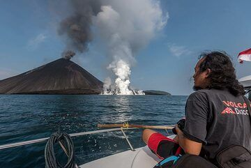 Our excellent expedition leader Galih watching the activity. (Photo: Tom Pfeiffer)