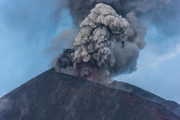 Most eruptions are much richer in ash. (Photo: Tom Pfeiffer)