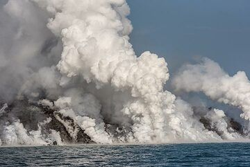 A vertical jet as overheated water vapour condensates into billowing steam. (Photo: Tom Pfeiffer)