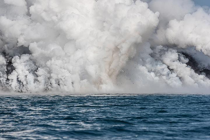 Small littoral explosions continue for a while at various spots. (Photo: Tom Pfeiffer)