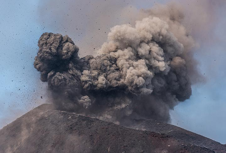 A small ash-rich explosion follows immediately after another one. (Photo: Tom Pfeiffer)