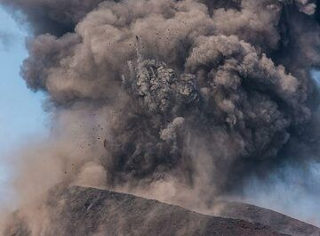 The more ash-rich explosions have typically less incandescent material with them and tend to be more violent (with a few exceptions). (Photo: Tom Pfeiffer)