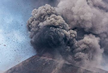 Most explosions are more or less noisy, with typical degassing and explosion sounds, sometimes loud booms. (Photo: Tom Pfeiffer)