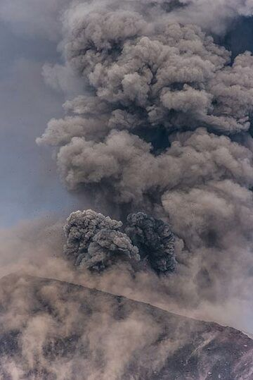 Ash plume with a new pulse starting at the bottom. (Photo: Tom Pfeiffer)