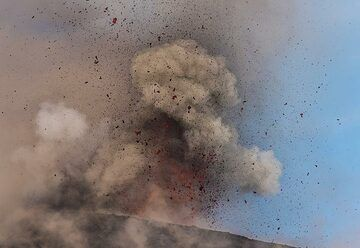 In fact, explosions with only little ash are quite rare and occur in phases lasting a few minutes. (Photo: Tom Pfeiffer)