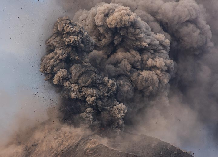 A rounded billowing ash plume generated by a stronger explosion. (Photo: Tom Pfeiffer)