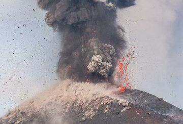 Liquid spatter being thrown to the southern crater rim. (Photo: Tom Pfeiffer)