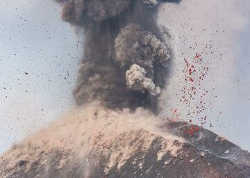 Thousands of incandescent bombs landing on the upper slope. (Photo: Tom Pfeiffer)