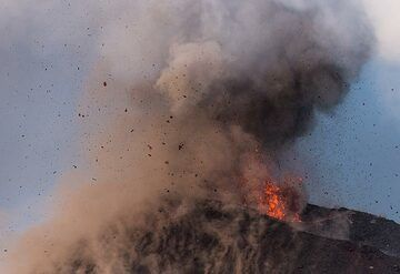 Probably at this time (around 17:30), a new lava flow starts to creep out from the effusive vent visible in the lower right. (Photo: Tom Pfeiffer)