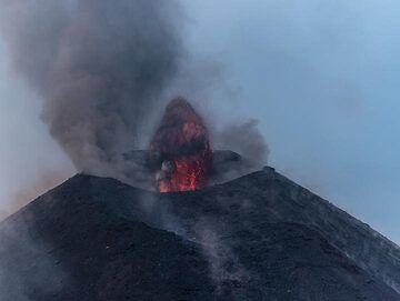 A small lava fountain and the effusive vent beneath the crater rim. (Photo: Tom Pfeiffer)