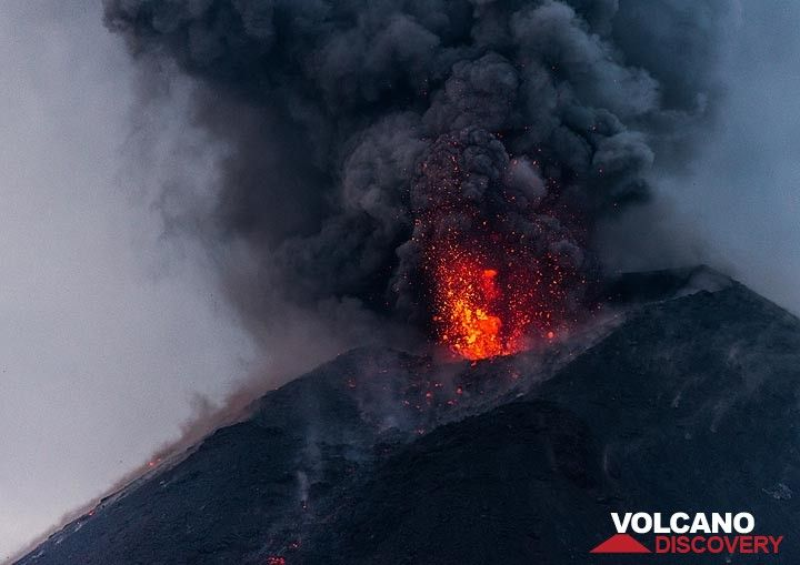 Strombolian activity at Krakatau on the evening of 19 Nov 2018 (Photo: Tom Pfeiffer)