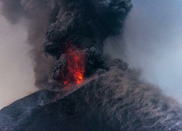 Lava bombs often fall onto the eastern flank of the cone (right in picture). (Photo: Tom Pfeiffer)