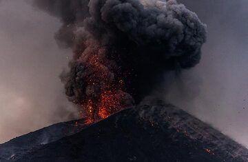 Ash-rich explosion. (Photo: Tom Pfeiffer)