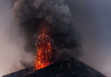 Red lava-rich explosion (1/2 images a second apart) (Photo: Tom Pfeiffer)