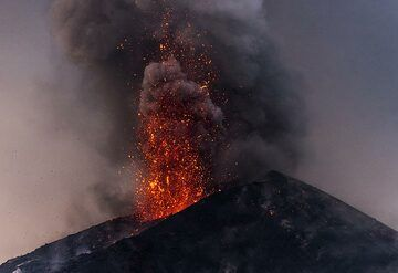 Red lava-rich explosion (2/2 images a second apart) (Photo: Tom Pfeiffer)