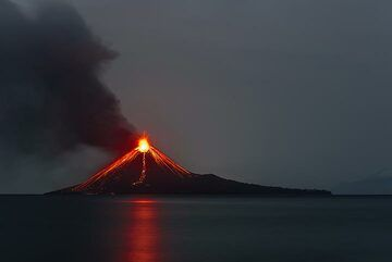 Strong glow from the eruption reflected on the almost completely calm sea. (Photo: Tom Pfeiffer)