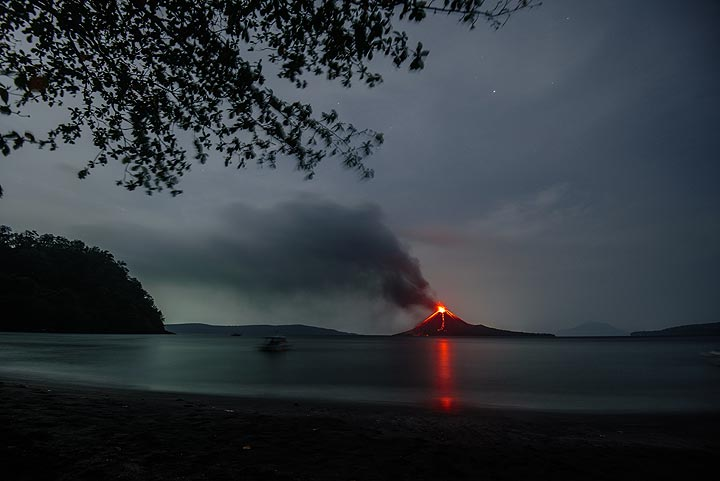 To the left, the NW end of Rakata, in the left background Sertung (Verlaaten) Island, Anak Krakatau in eruption, and parts of Panjang (Long) Island to the right. (Photo: Tom Pfeiffer)