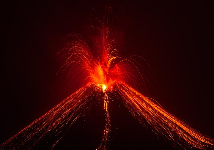 Strong explosion with less incandescent material and more ash, more typical for the vulcanian-style eruptions. (Photo: Tom Pfeiffer)