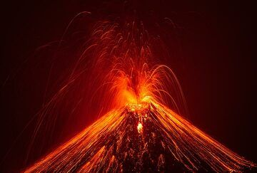 Very strong and loud vulcanian-style eruption showering the whole cone with incandescent material. (Photo: Tom Pfeiffer)