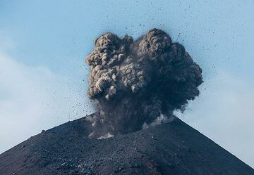 Small, ash-rich explosion on the afternoon of 20 Nov. (Photo: Tom Pfeiffer)