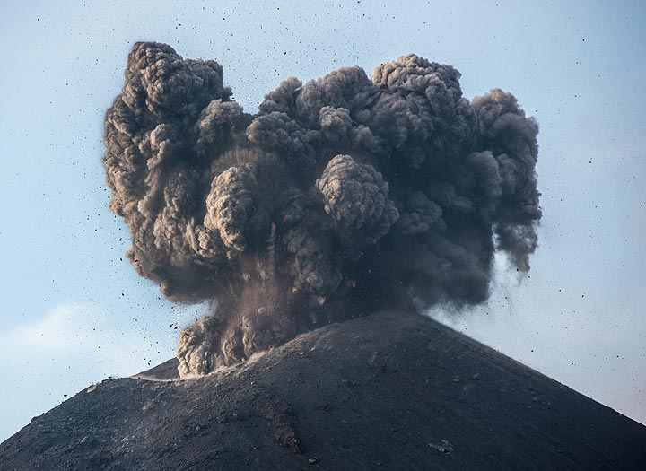 Beginning of a small explosion. Compared to the previous day, only few bombs are incandescent. (Photo: Tom Pfeiffer)