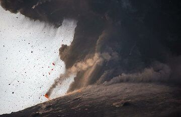 A large glowing block about to land on the slope of the cone. (Photo: Tom Pfeiffer)