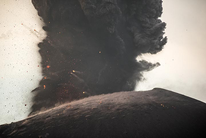 Base of the ash column during the eruption. (Photo: Tom Pfeiffer)