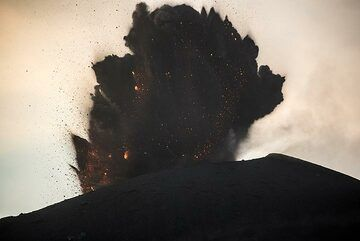 A similar, small vulcanian-type ash-rich explosion follows a few minutes later (sequence 1/3). (Photo: Tom Pfeiffer)