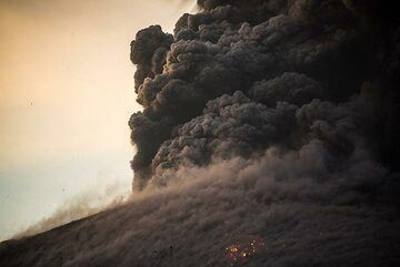 The bombs have mostly landed and a dense ash plume rises (sequence 3/3). (Photo: Tom Pfeiffer)