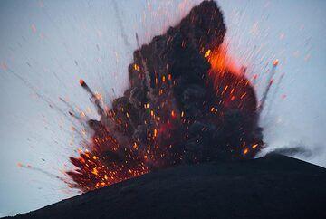 Sequence, taken split-seconds apart, of a lava-rich strombolian type explosion (1/4). (Photo: Tom Pfeiffer)