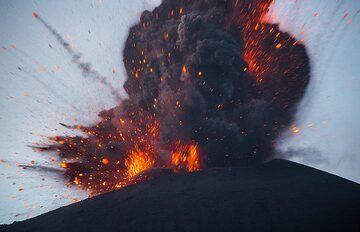 Lava-rich strombolian type explosion (2/4). (Photo: Tom Pfeiffer)