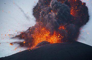 Lava-rich strombolian type explosion (3/4). (Photo: Tom Pfeiffer)