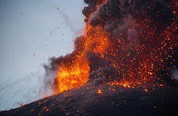 Lava-rich strombolian type explosion (4/4). (Photo: Tom Pfeiffer)