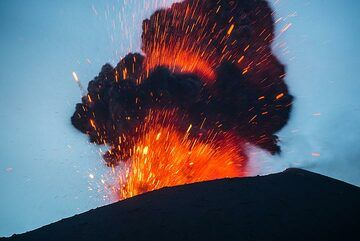 At the beginning of the blue hour, a very bright eruption occurs to the joy of every one. (Photo: Tom Pfeiffer)