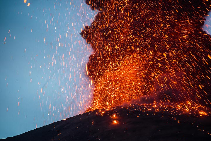 The eruption now looks like a glowing wall of lava thrown into the air and falling back, (Photo: Tom Pfeiffer)