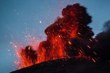Red lava against the blue sky of the evening twilight. (Photo: Tom Pfeiffer)