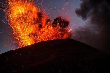 Strong strombolian explosion at Anak Krakatau in the evening of 20 Nov 2018. (Photo: Tom Pfeiffer)