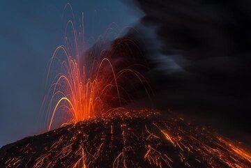 Mild strombolian eruption (Photo: Tom Pfeiffer)