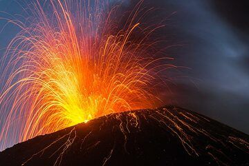 Moderate strombolian eruption (Photo: Tom Pfeiffer)