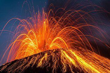 Strong strombolian eruption (Photo: Tom Pfeiffer)
