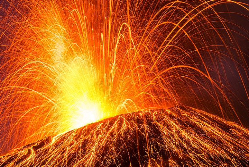 Very strong strombolian eruption... (Photo: Tom Pfeiffer)