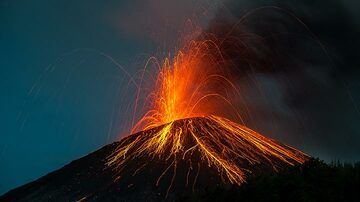 An ash-rich explosion observed with a wider angle lens. (Photo: Tom Pfeiffer)